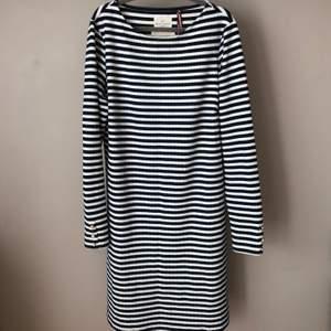 Knälång klänning från Lindex. Storlek M. Kommer ej till användning länge så det är dags att hitta en ny ägare. Kan mötas upp i Linköping eller frakt tillkommer.