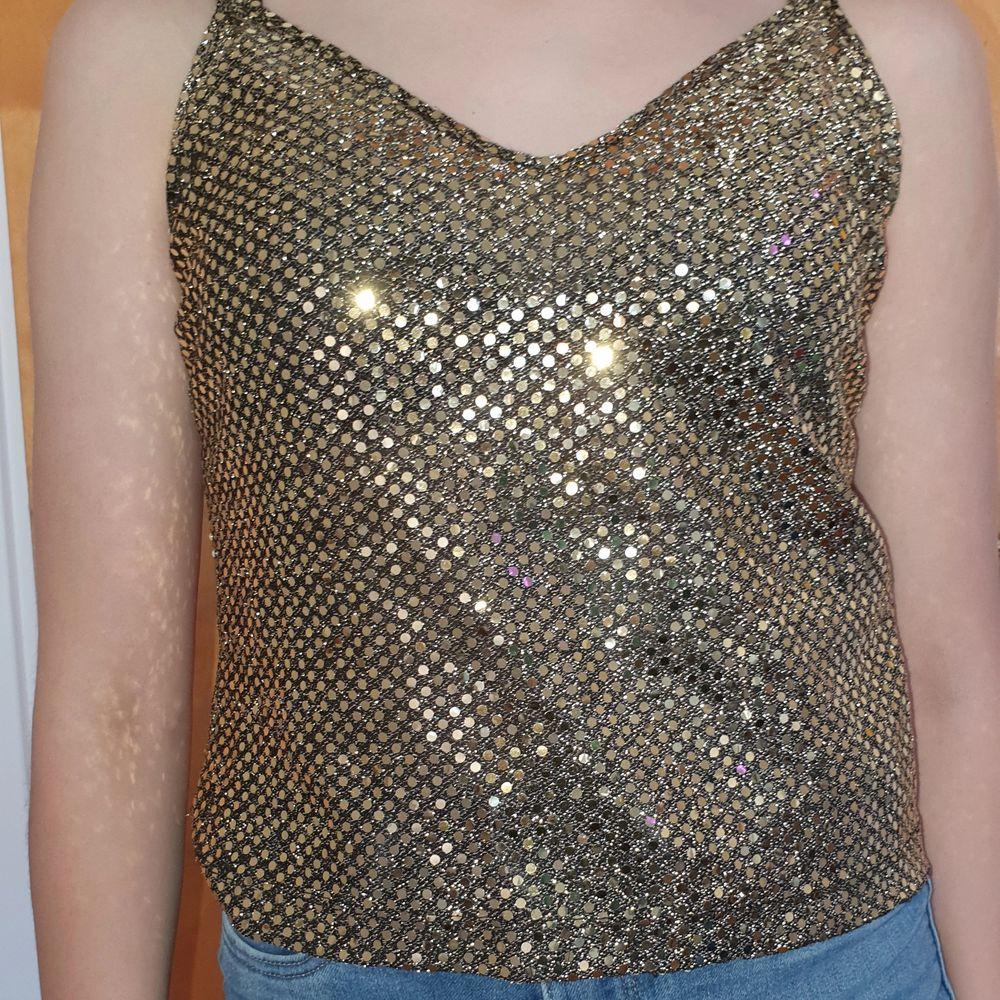 Guld linne med paljetter jättefin för fest! Köparen står för frakt eller så möts vi upp i Gbg!. Toppar.