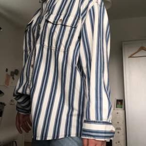 Aldrig använd skjorta som är oversized. Längre baktill och går över rumpan. Skönt material och en mycket somrig och fin skjorta!!