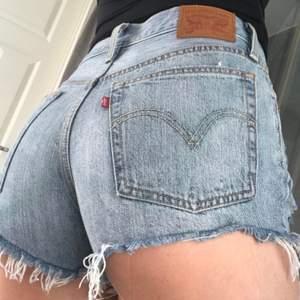 Säljer dessa supersnygga Levis 501 shorts strl w26 pga de är lite stora för mig, superfint skick precis som nya. Köpta här på plick, lånade bilder från hon jag köpte dem av :)