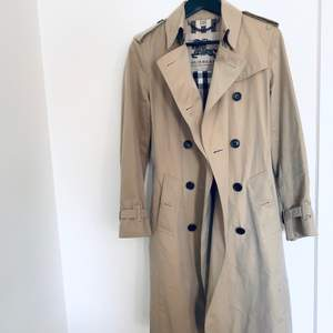 Burberry trench coat. Modell: the sandringham - long trench coat. Storlek IT 40, UK 8. Den är slimfit. Finns några fläckar och behöver kemtvättas, därav något lägre pris. Inköpt i Italien, nypris 18.500kr