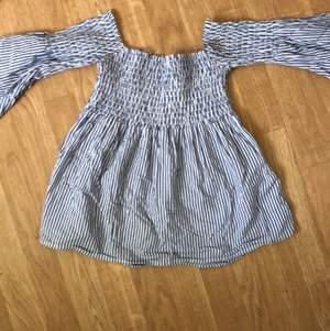 Blå/vit offshoulder tröja med utsvängda armar och utsvängd nedtill på tröjan.. stretchigt tyg upp till brösten och runt bröstkorgen. Strl Xs-liten M ( då den är stretchig. Går att fakta eller mötas upp i göteborg💕💞