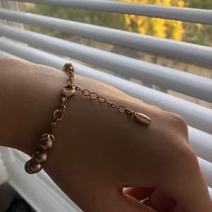 Ett så himla gulligt armband med guldiga pärlor på✨ kedjan är fast på pärlorna genom en typ av tjärna, vilket ger en så fin detalj! Passar så bra till sommaren med alla varma färger🥰💛 priset är inklusive frakten! Pm om frågor eller bilder💛