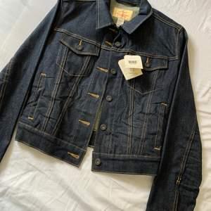 Mörk jeans jacka Från Levis med lappar kvar i storlek M men är liten i storleken. Den är stretchig! Hola at me om du vill ha fler bilder.🙋🏼♀️ Köparen står för frakten.🌟
