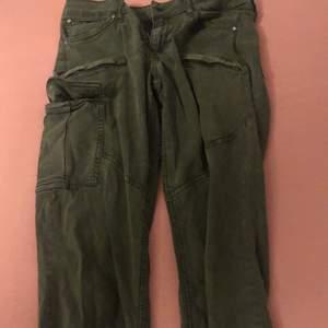 Gröna jeans med fickor från Gina tricot i storleken 38