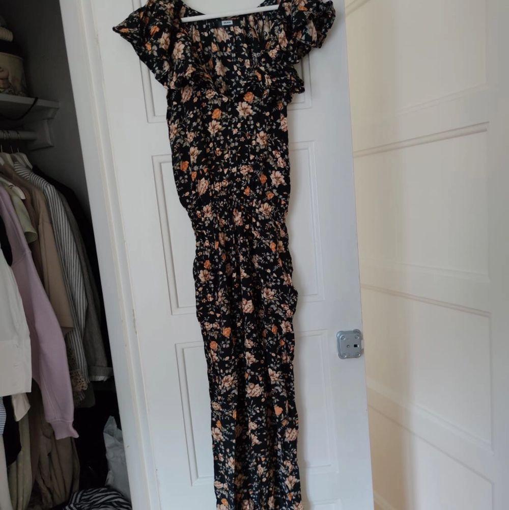 Jumpsuit i blommigt tryck, perfekt inför sommaren i strl S • köparen står för frakt • Jag ansvarar ej för postens eventuella slarv. . Klänningar.