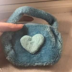 Supergullig liten väska i pastellblå och är supergullig! Perfekt till sommaren!