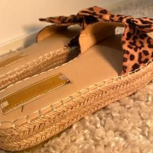 Leopard tofflor, använda 2 gånger, storlek 38.