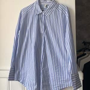 Jättefin skjorta från Nelly i stl 38 som du kan styla lite hur du vill, använd 1 gång då det inte riktigt var min stil. Köparen står för frakten!