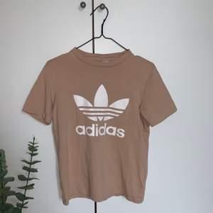 En jättefin rosaaktig adidas T-shirt från jeansbolaget som inte kommit till användning mer än 1 gång. Köparen står för frakten☺️
