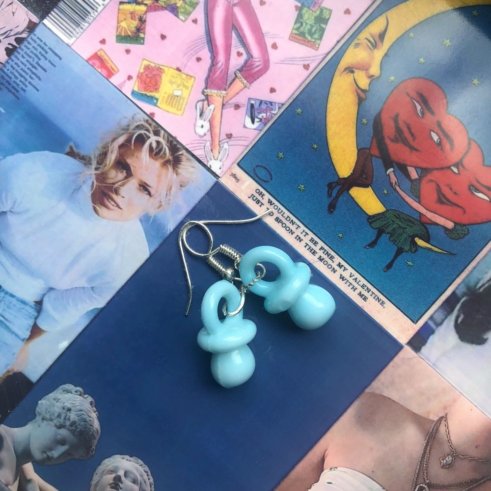 Örhängen i fin ljusblå färg, perfekta till sommaren och tynger inte ner öronen! (Köpta på Instagram)<3 Frakt tillkommer. Accessoarer.