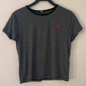 Randig T-shirt med ett rött hjärta från bikbok. Storlek M. 90kr inklusive frakt