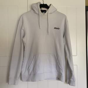 Supersnygg hoodie från Axel Arigato med tryck på ryggen. Superfint skick då den knappast är använd. Inköpt för 1450kr på Axel Arigatos butik i Stockholm.