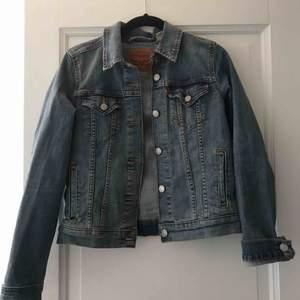Snygg jeansjacka från levis😍😍 frakt tillkommer!
