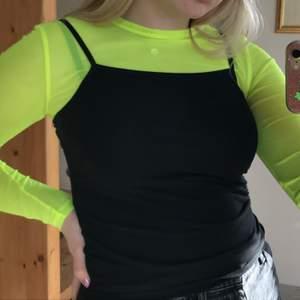 Neongul mesh top från Pull&Bear i strlk S! Stretchigt material men behövs nog ett linne/tshirt över då den är ganska genomskinlig. Bra skick!! GRATIS FRAKT💛