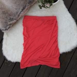 Omlottkjol från Nelly. 3:e bilden visar färgen bäst. Storlek xs men passar även S. Stretchig. Frakt ingår.