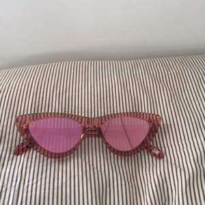 Helt nya chimis aldrig använda. Rosa med spegelglas. Nypris 1000 kr säljer för 450kr. Sänkt pris till 350kr!