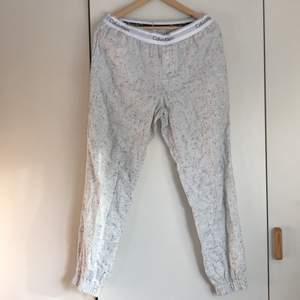 Säljer mina oanvända Calvin Klein pyjamasbyxor pga fel storlek. Storlek SMALL. Jättesköna! Köparen står för frakten 💕