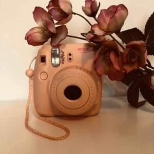 Säljer min fullt fungerande instax Polaroidkamera då jag köpt en annan modell. I priset ingår allt på bild 2 (kamera, selfielins och oöppnat filmpaket). Hör av dig om du är intresserad eller har frågor☺️