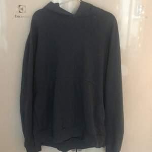 Säljer min COS hoodie. Storlek L, oversize. Cond 9.5/10. Kan mötas i Sthlm eller fraktas👍