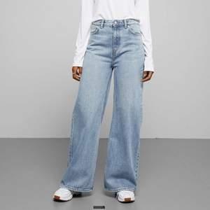 säljer mina jeans ifrån weekday i modellen ace då dem int där riktigt min stil, de har 2 fläckar som man ser på bilderna därav d låga priset, har även klippt av lite där nere