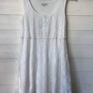 Gullig vit klänning i spets från Happy Holly. Väldigt fint skick då den endast använts en gång! Köparen står för frakten.