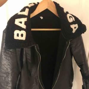 Fake Balenciaga jacka som är skit snygg och håller ganska varmt. Priset kan diskuteras