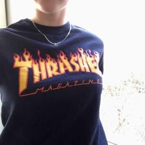 Mörkblå Thrasher t-shirt. Nypris:400 Använd ett par enstaka ggr.