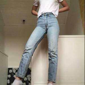 Säljer mina high waisted jeans från Levi's som tyvärr är lite små för mig:(  Storleken säger 26 i midjan men ja skulle säga 25. Köpare står för frakt💞