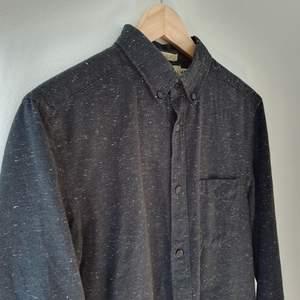 Svart skjorta med skönt