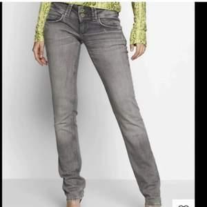 SÄLJER ett par så sjukt snygga lågmidjade raka jeans från Pepe jeans i modellen Venus! Storlek 26/32 och passar perfekt för mig som normalt har 34/36 i jeans💕 nypris är 999kr och priset börjar på 349 men om fler är intresserade blir det den som budar högst💕 fler bilder kommer