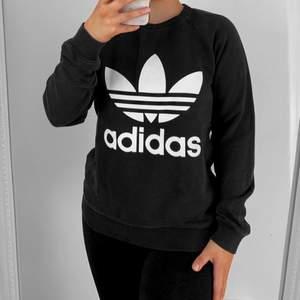 Svart Adidas sweatshirt, storlek XS, använt skick och är ganska urtvättad därav priset.  Hämtas i Sundbyberg eller fraktas. Frakt kostar 57kr extra, postar med videobevis. Jag garanterar en snabb och pålitlig affär!🌸