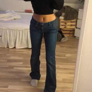 Säljer mina dolce&gabbana jeans då de är för långa på mig som är 164cm (har vikt upp dom på bilderna). De är köpta på secondhand. I storlek 29 men passar mig som brukar ha 28. Endast seriösa bud tack!