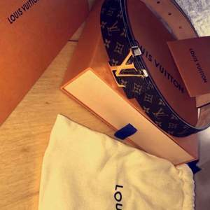 Ett äkta Louis Vuitton bälte vet inte riktigt om de syns men du kan få se att de är äkta och även få med själva boxen och pappret på att det är äkta tjejer jag vet inte hur brett bältet är men det är ett medel tunt bälte så skriv om du vill veta hur brett det är kan inte få fram det nu så ni vet, kan äve gå ner i pris vid snabb köp