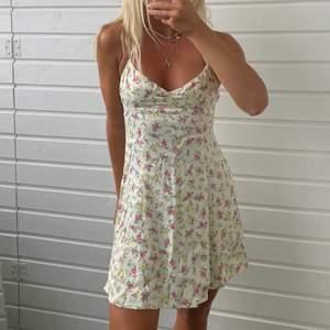 Intressekoll på denna superfina klänning från zara som jag köpte i somras. Är i storlek M. Första bilden är lånad! 🤍