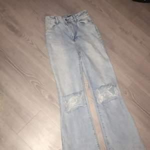 Säljer mina snygga ljusblåa jeans med hål pga att dem är lite stora för mig. Använda sparsamt, hela och rena. Sitter åt mer över låren och blir vidare nertill. Hålen ser bättre ut när de sitter på. Strl 34. Fler bilder kan fås vid intresse. Pris diskuterbart 🖤