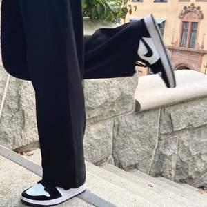 """Säljer mina air Jordan 1 i """"panda twist""""! Knappt använda❤️ kom med pris förslag på pm!"""