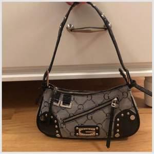 Säljer denna sjukt snygga vintage väskan från Gussaci då jag känner att den ej är min stil! Sjukt snygga detaljer & den passar verkligen till allt. Många praktiska fickor och sjuuukt rymlig !! KÖP DIREKT FÖR 500kr!!!