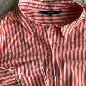 En röd vit randig skjorta från Vero Moda. Storlek M men blir självfallet endast mer overzized ifall du har mindre storlekar i vanliga fall. Frakt tillkommer eller så möts vi upp i sthlm