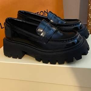 Chunky svarta loafers i storlek 38, perfekt nu till hösten! Bara använda ute en gång då de var för stora på mig. Köparen står för frakt! 🤍                                     obs! jag tycker att de är lite stora i storleken