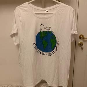 En helt oanvänd T-shirt i storlek L/XL. Betalning endast med Swish. Jag står inte för frakt eller postens slarv🥰