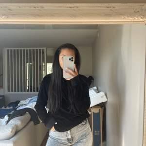"""""""sammet""""tröja ifrån Samsøe Samsøe inköpt förra året, endast använd fåtal gånger. #samsøesamsøe #tröja står ej storlek men antar M/L då det är en herrtröja"""