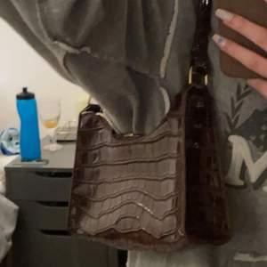 Jätte fin brun orm mönstrad väska.