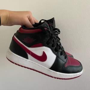 Säljer mina Jordan 1 mids då dem tyvärr inte kommer till användning. Använda men i gott skick! Köparen står för frakten