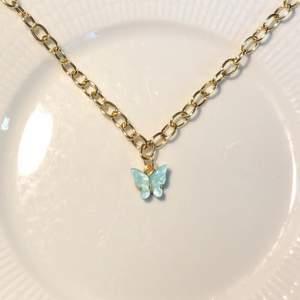 """Nyhet! Här får ni se en fin nyhet som heter """" Butterfly necklace"""". Hon kan man ha till mycket och väldigt fin med många halsband tillsammans. Man kan köpa halsbandet med en ljusrosa berlock eller en ljusblå berlock. Ni får också bestämma vilken längd på kedjan ni vill ha.40kr! Hoppas att ni vill köpa🥰❤️"""