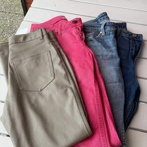 Lite snygga jeans och ett par beiga skinnbyxor! En för 60kr eller 3 (de som finns kvar) för 150kr⭐️ lite olika storlekar men alla passar typ 34-36⭐️ skinnbyxor är sålda!