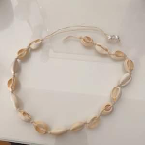 Ett oanvänt snäckhalsband i nyskick som jag säljer för att jag rensar ut smycken priset är prutbart