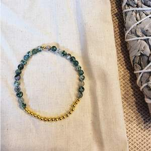 Armband med 4 mm små kristallpärlor av mossagat, trädjaspis och grönfläckig jaspis 💎 Rundslipade stenar trädda på elastisk tråd. Ca 16 cm omkrets.  Skickas i vadderat kuvert via postnord.