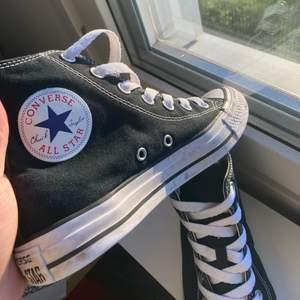 Fina Svarta Converse i använt skick😇 Är fler intresserade blir det budgivning❤️