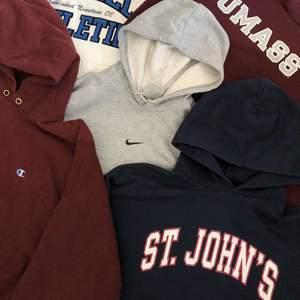 Säljer ett flertal med vintage college hoodies från kända märken såsom Champion, Nike och Russell Athletic. I vår profil finns alla som är tillgängliga, i individuella inlägg med ytterligare information om de olika plaggen! Vid intresse, kontakta oss gärna privat här på Plick eller på vår Instagram! @corporativehundred